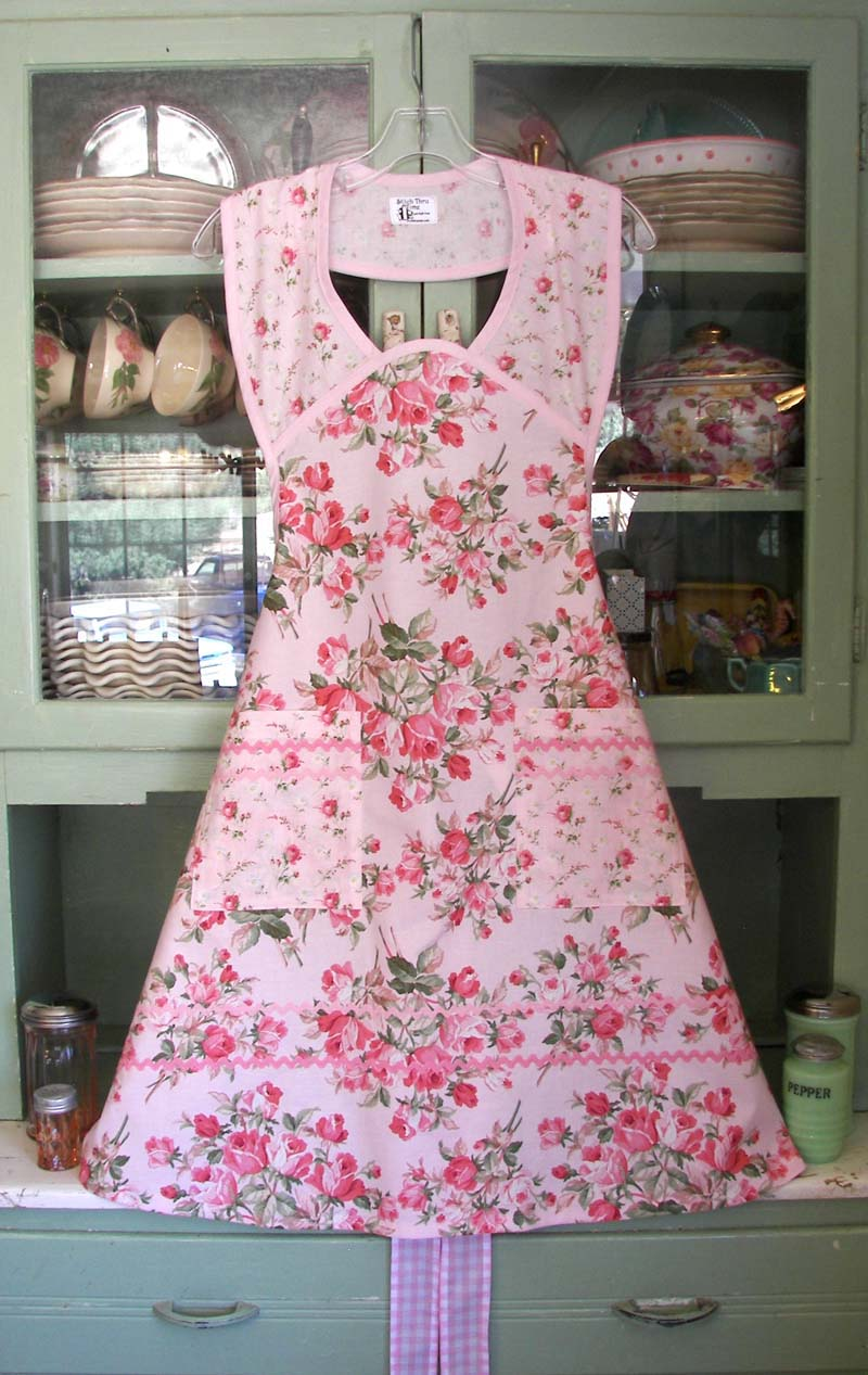 1940 Large soft pink roses, click for more aprons