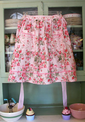 Retro Large soft pink roses half apron, click for more views