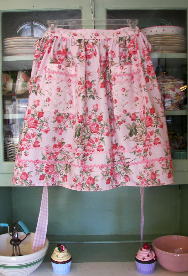 Retro Half Large Pink Roses, click to go back to half aprons